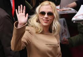 Scarlett has matched her sunglasses perfectly for a well balanced look!