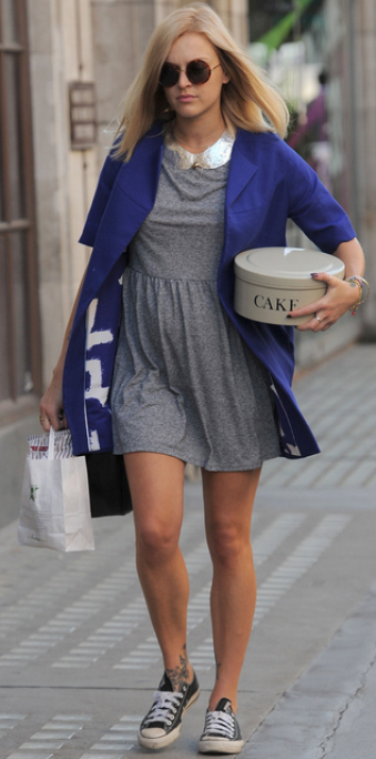 Keeping it casual, this fashion-savvy lady makes it look easy as she juggles cake, shopping and a well dressed bump in a jersey day dress with oversized boyfriend cardigan and Converse.