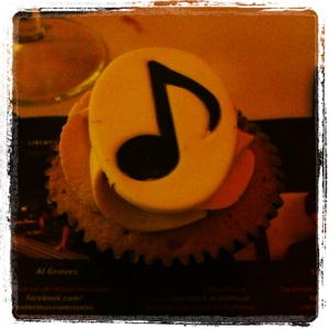 Gorgeous little cake - very apt for a music awards night I thought!